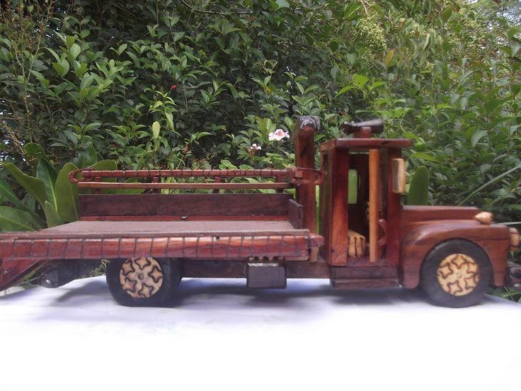 Caminhão Grande com 50cm de comprimento e 18x18cm de altura e largura. Ele tem portas que abrem e fecham, rodas que giram , vidros nas janelas e espelhos.