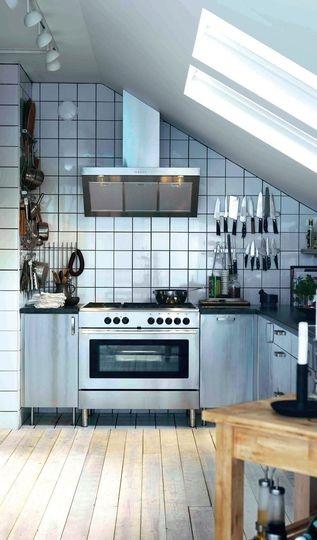 Absolument inox pour cette cuisine sous les toits