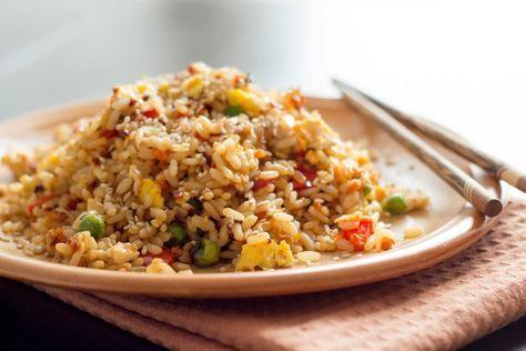 Wenn es mal schnell gehen muss, ist gebratener Reis mit Gemüse und Ei ein leckeres Rezept mit wenigen Zutaten, das ganz einfach zubereitet wird - ideal für Anfänger!