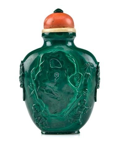 A malachite snuff bottle carved with children 1900-1940