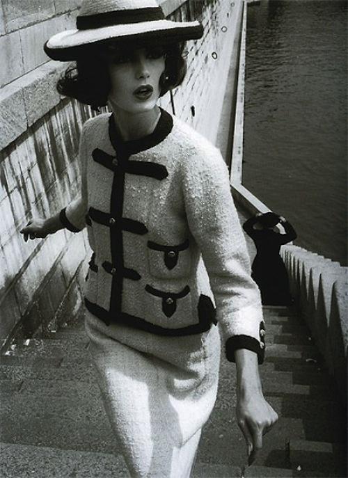 Dorothy McGowan in Chanel, Paris, 1960 (William Klein)