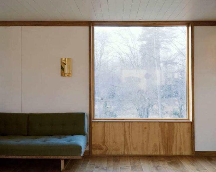 В гостиной были добавлены большие современные окна.  (скандинавский,скандинавский интерьер,скандинавский стиль,деревенский,сельский,кантри,архитектура,дизайн,экстерьер,интерьер,дизайн интерьера,мебель,маленький дом,гостиная,дизайн гостиной,интерьер гостиной,мебель для гостиной) .