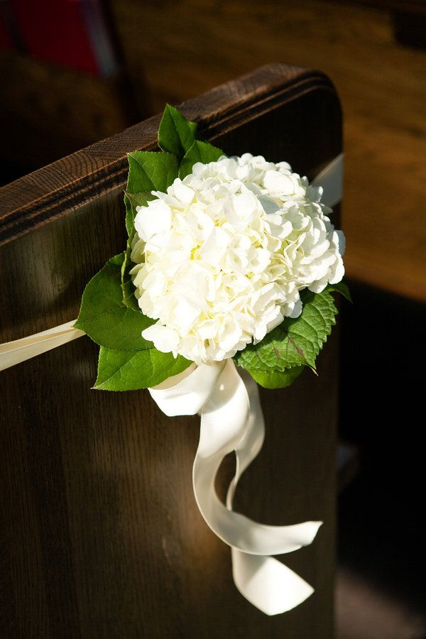 aisle decor/ idée décoration cérémonie église hortensia blanc