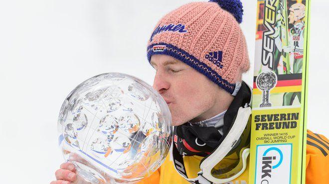 Severin Freund küsst die Kristallkugel nach dem Gesamtweltcup-Sieg