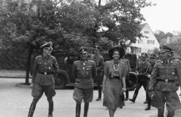 """1942, Allemagne, Berlin, Le """"Generaloberst und """"SS-Oberstgruppenführer"""" Joseph (Sepp) Dietrich avec sa femme en compagnie du SS-Kriegsberichter Gunter d'Alquen (à Gche)"""
