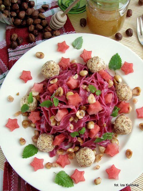 Smaczna Pyza sprawdzone przepisy kulinarne: Różowy makaron z serowymi kulkami, miodem i orzechami