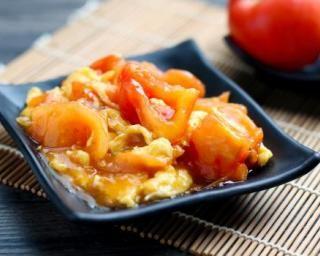 Œufs brouillés des célibataires à la tomate cerise Croq'Kilos : http://www.fourchette-et-bikini.fr/recettes/recettes-minceur/oeufs-brouilles-des-celibataires-la-tomate-cerise-croqkilos.html
