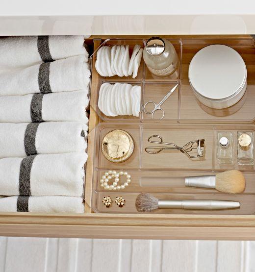 Pandangan dari atas di dalam laci unit wastafel menunjukkan penyimpanan IKEA GODMORGON.