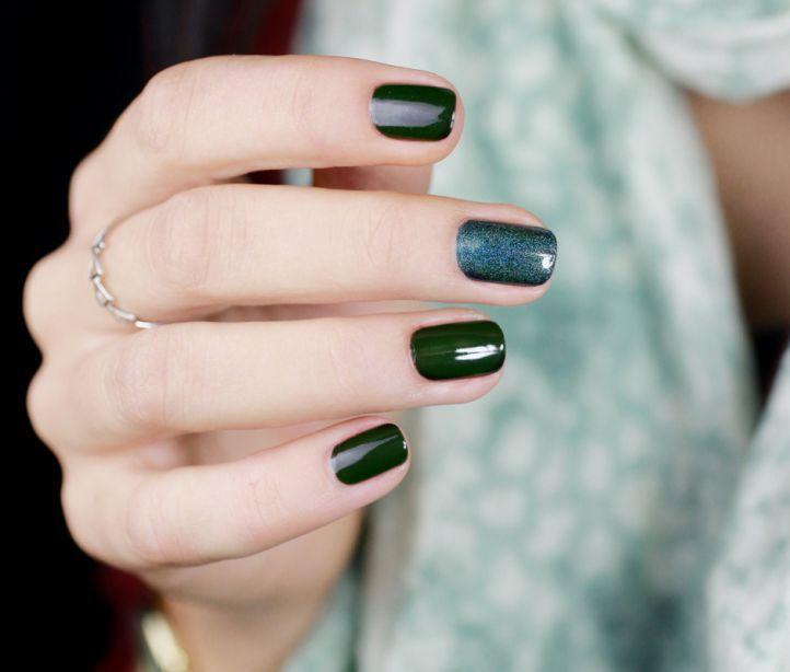 Зеленый маникюр - темно-зеленый маникюр с блестками на коротких ногтях
