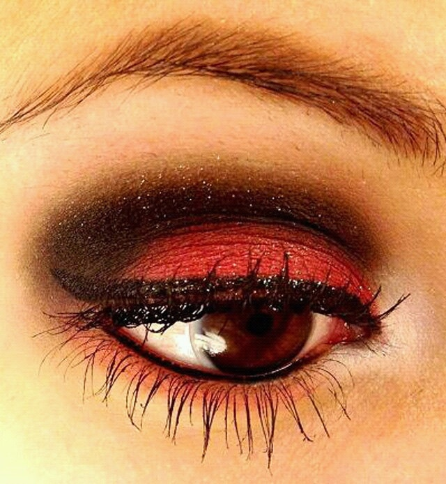 Red Black Eye Makeup Table