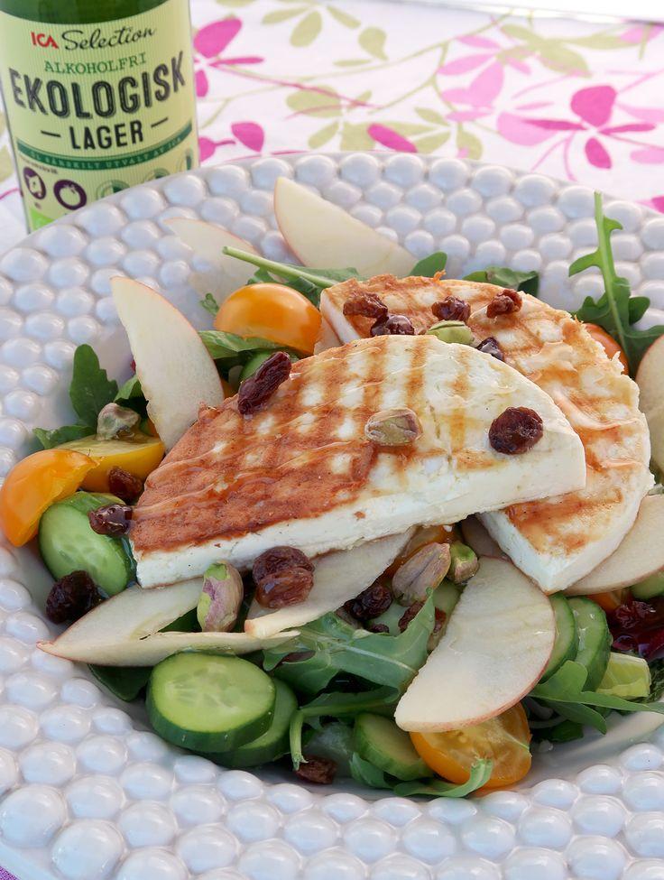 Sallad med manouriost, russin och pistagenötter.  Salad with manouri cheese, raisins and pistachio nuts.