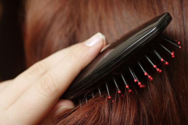 #capelli: Usate #shampoo e #balsamo appropriati ma non serve a nulla...avete mai pensato che il problema potrebbe essere la #spazzola?http://www.sfilate.it/232331/spazzole-per-capelli-sicure-usare-quella-giusta