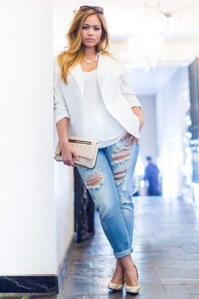 Looks plus size: jeans rasgados com um blazer branco