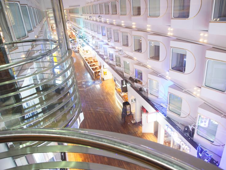 Itämeren ainoa ja upea Promenade-kävelykatu, Silja Symphony Kuva: Joji Shimamoto, Tokio.