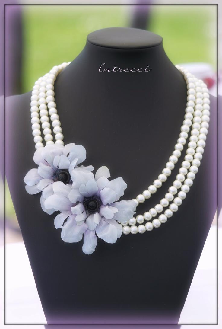 I fiori rappresentano delle anemoni bianche, sempre in Sospeso Trasparente, montate su tre fili di perle.