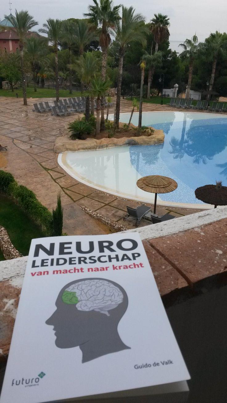 Leuk, Annelies is begonnen in haar 2e vakantieboek. Heel veel leesplezier en profijt met het boek 'Neuroleiderschap' van Guido de Valk. #neuroleiderschap #guidodevalk #futurouitgevers
