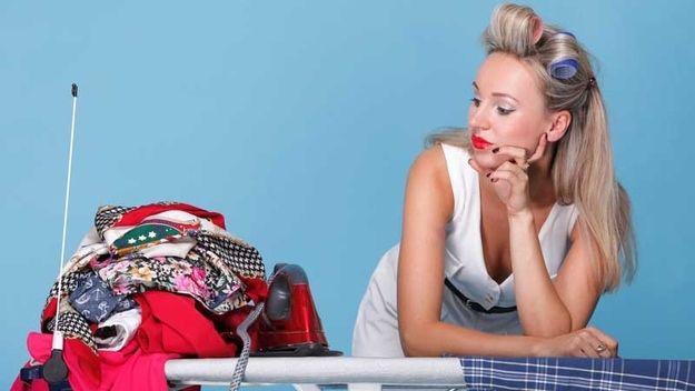 Wacht vijf minuten voor het aantrekken van kleren die je net hebt gestreken.   25 Ingenious Clothing Hacks Everyone Should Know