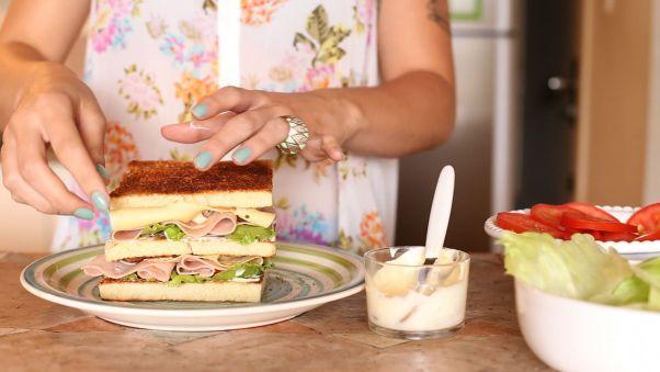 Quer uma receita de sanduíche bem leve e muito gostoso? Então anota aí: CLUB SANDWICH! Pão de Forma, Bacon, Peito de Peru, Queijo Estepe, Tomate e Alface. Ingredientes perfeitos para um sanduba maneiro, né? Além disso, combina muito com o verão! Receita completa lá no blog!