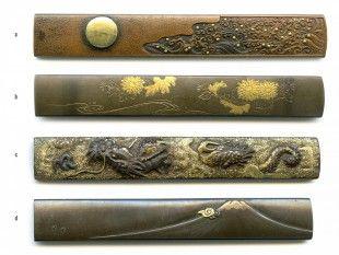 56 4 Kozuka Japan L 9,4 cm - 9,8 cm.   Provenienz: Carlo Monzino (1931-1996), Castagnola.  Verschiedene Metalllegierungen mit diversen Motiven. Unterschiedlicher Dekor mit feinen Details, z.T. mit Gold-, Silber- oder Kupfertauschierungen.  a: gemäss Sotheby's London (Juni 1996, Lot 113): Nara-Stil. Edo-Zeit (18. Jh.). Signiert: Shoeiken (Nagachika).  b und d: signiert.