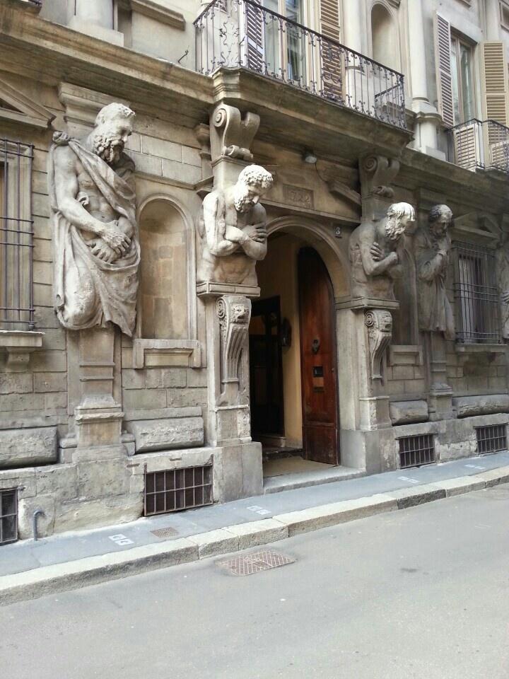 Milano,  via degli omenoni