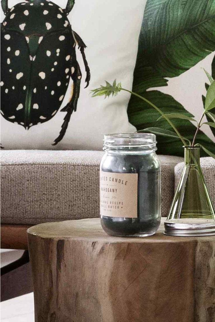 Bougie parfumée: Bougie parfumée dans un contenant en verre avec couvercle à visser en métal. Diamètre 7 cm, hauteur 12,5 cm. Durée de combustion 20 heures.