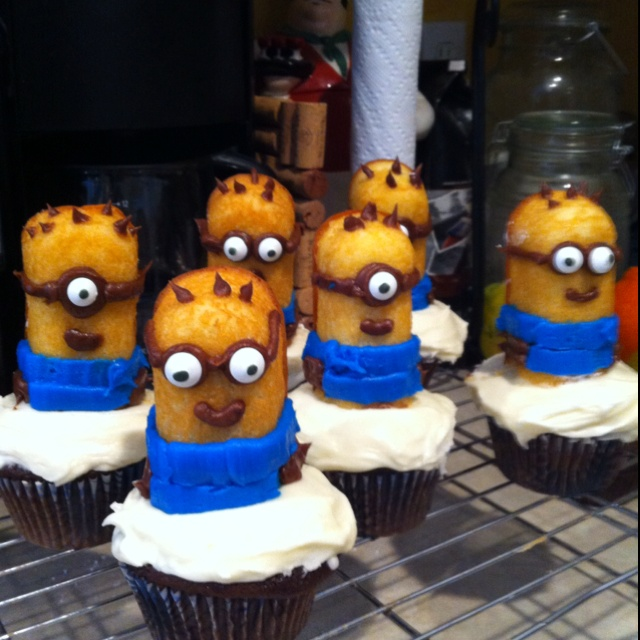 Minion Twinkie cupcakes- Despicable Me cupcakes! The twins will love these!
