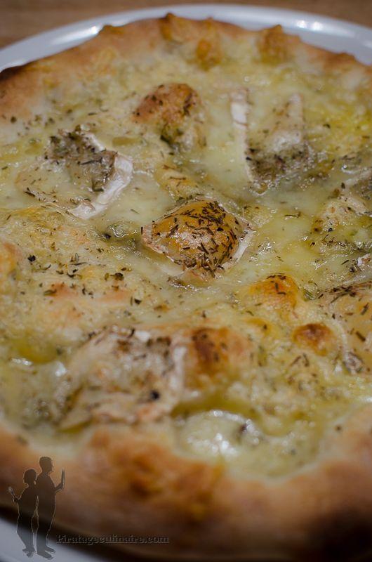 Pizza au chèvre, au thym et au romarin   Piratage Culinaire our la garniture 1 boule de mozzarella 1 bûche de chèvre du thym du romarin de l'origan du poivre du moulin