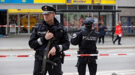 """Une personne a été tuée et six personnes ont été blessées au total, """"en partie grièvement"""", vendredi 28 juillet, lors d'une attaque au couteau dans un supermarché à Hambourg (Allemagne), annonce la police de Hambourgsur son compte Twitter(en allemand). Le suspect a été interpellé. Légèrement blessé, il avait pris la fuite avant d'être rattrapé par la police. Âgé de26 ans, il est né aux Émirats arabes unis, a annoncé la police,précisant être encore en train de déterminer ..."""