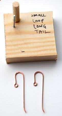 Appareil a faire des bases de boucles d'oreilles en fil de métal.  Tres astucieux