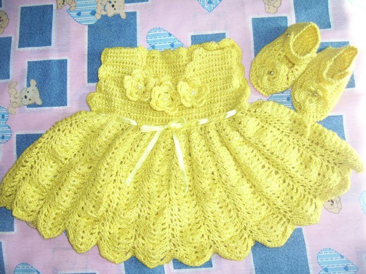 Vesdtido niñita en hilo amarillo a crochet.
