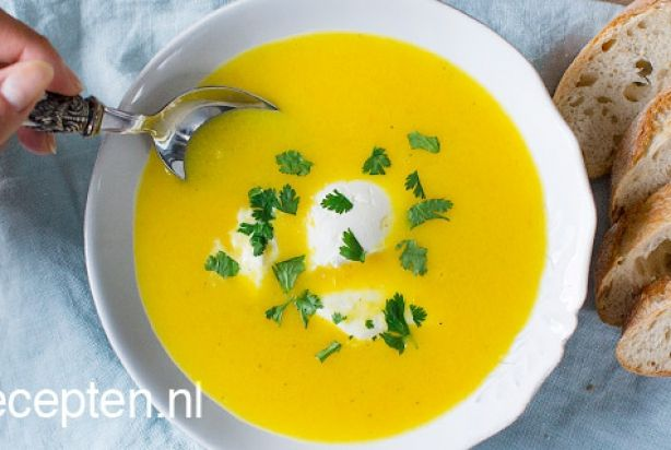 Met slechts een paar ingrediënten zet je dit heerlijke gele paprika soepje met kokosmelk op tafel. In slechts 25 minuten is dit lekkere receptje klaar en dit maakt het een perfect voorgerechtje.Serveer de soep in mooie borden met een schep mascarpone en verse koriander. Geniet ervan.