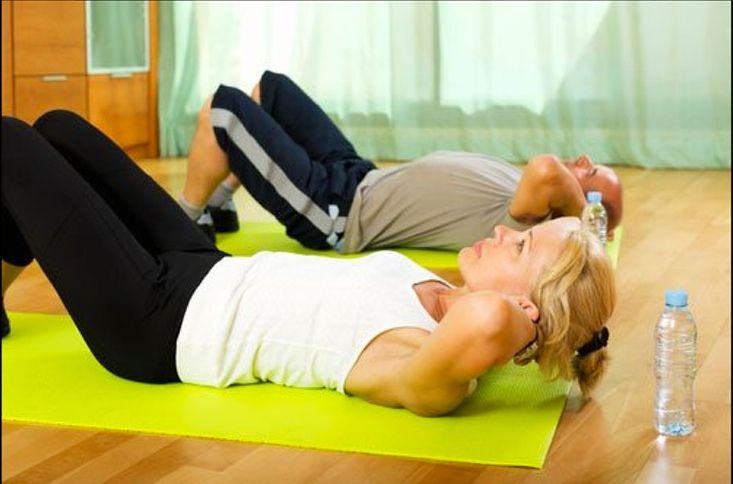 Leg dich flach auf den Bauch. Wenn du jetzt diese Position einnimmst, bist du in 2 Minuten fit für den Strand.