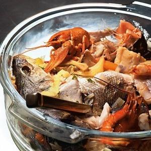Один из видов знаменитого марсельского супа, который в высшем своем проявлении называется буйабесом. И в любом представляет собой массу самых разных даров моря, которые варят и едят отдельно от бульона. В качестве соуса к рыбе можно смешать оливковое масло, лимонный сок, давленый чеснок, соль, рубленую петрушку, укроп и черный перец. Соусом этим можно поливать рыбу или добавлять его в бульон