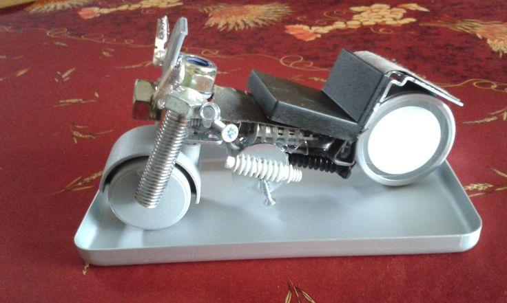 Moto fabriquée à base de vis, boulons et diverses petites pièces de récup