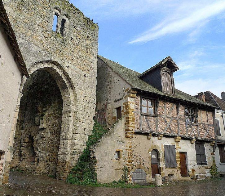Mennetou-sur-Cher: Porte nord XIIIème s. et maison à pans de bois garniture de briques du XVIème s.