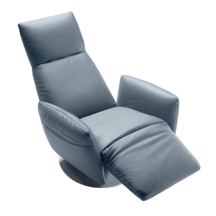 Pillow - это инновационное кресло простой и утонченной конструкции посредством которой Poltrona Frau предлагает свою уникальную версию элегантного и удобного кресла с откидной спинкой. Доступное как и в электрической так и в ручной вкрсиях оснащенное мезанизмом который позволяет регулировать отдельно и с особой ловкостью спинку и подставку для ног. Круглая стальная основа позволяет вращение кресла на 360. Технология и традиции совмещаются и выражаются в кресле которое меняет свою структуру в…