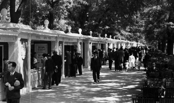Book fair stands on the Paseo de Recoletos in 1944.