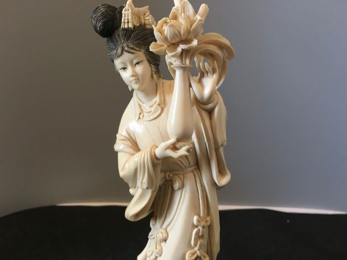 Ivoren standbeeld van een dame met een vaas met bloemen-China-rond 1930  Een mooi gesneden ivoren standbeeld.Hoogte van beeldhouwkunst 23 cm totaal gewicht 452 gram.Ziet u een oude Chinese vrouw met een vaas. Geeft u een zegen. Is een goede moraal.Gesneden tekens zijn zeer realistisch.In goede conditieHet bovenste gedeelte van het hoofd heeft een kleine hobbel en de bloemen zijn ook een beetje teDit is de antiek ivoor.Het object wordt geleverd met een certificaat van echtheid geschreven door…