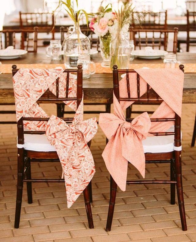 Chaises cadeaux pour les mariés lors du dîner ! #deco #decodechaise #decodemariage #cadeau #ruban