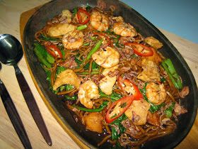 BLACK HOKKIEN NOODLES  500gm fresh yellow noodles  150gm chicken meat,thinly sliced  150gm prawns,shelled  150gm s...