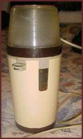 De Elektrische Koffiemolen . Houdt de deksel goed vast anders vliegen de bonen door de keuken