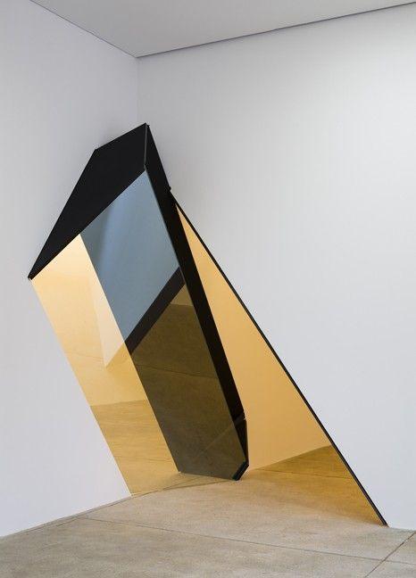 L'artiste new-yorkaise Sarah Oppenheimer vient tout juste d'installer sa dernière exposition à la ppow galerie. Son travail brouille les frontières entre l