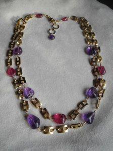 Me encanta esta combinación de colores, la amatista es sólo la sombra correcta de púrpura a las turmalinas rosas maravillosamente claro. Usé una cadena de ancla de recubrimiento de oro de 24 K para completar un collar de doble cadena. El cierre es una garra de langosta Gold-filled 14 k.  El collar mide 16 3/4 extender a 17 3/4 pulgadas. La turmalina rosa del centro es 12 x 10 mm.