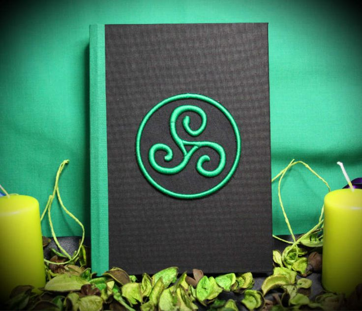 """Libro delle Ombre """"Green Triskelion"""" con rilegatura a chiodi  - paganesimo pagano wicca diario magia stregoneria strega triskell grimorio by LittleSorcerer on Etsy"""