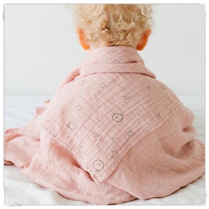Nuestras muselinas grandes pueden ser utilizadas como un práctico edredón para tu bebé y así te aseguras de tener lo más imprescindible para disfrutar y abrazar cada momento!       ¿Sabías que los textiles ecológicos no crean desechos tóxicos, y esa ausencia de componentes químicos resulta saludable y la sentimos al contacto con nuestra piel? Continuemos con esta iniciativa