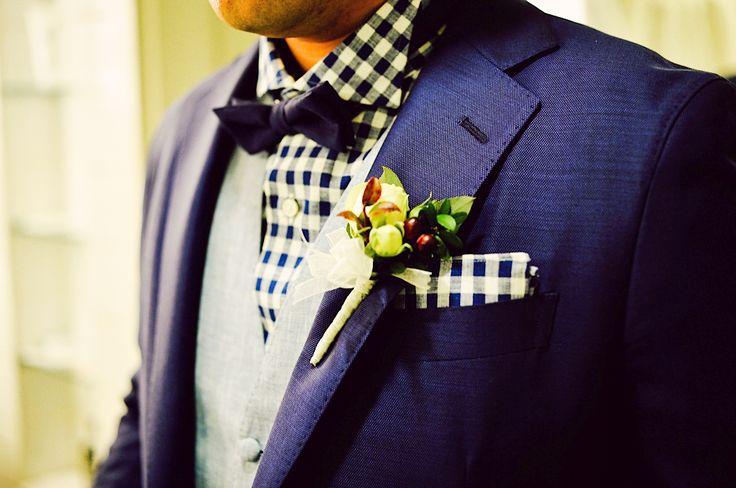 ハワイ・セントラル・ユニオン教会 大聖堂にて結婚式をされた新郎様。 ネイビーのジャケットにウィングカラー・ネイビーのギンガムチェックのドレスシャツに ネイビーの剣蝶タイ、ライトブルーのジレのスタイリング。 ハワイ挙式にはぴったりなカジュアルなコーディネート、おしゃれです。