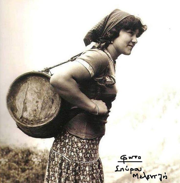 Αετοχώρι Αργιθέας(Μαρκελέσι) Το νερό με βτσέλλες,τα γκιούμια και τα κακάβια χρησιμοποιούνταν ακόμη κανονικά για το κουβάλημα του νερού φωτ.Σπύρος Μελετζής