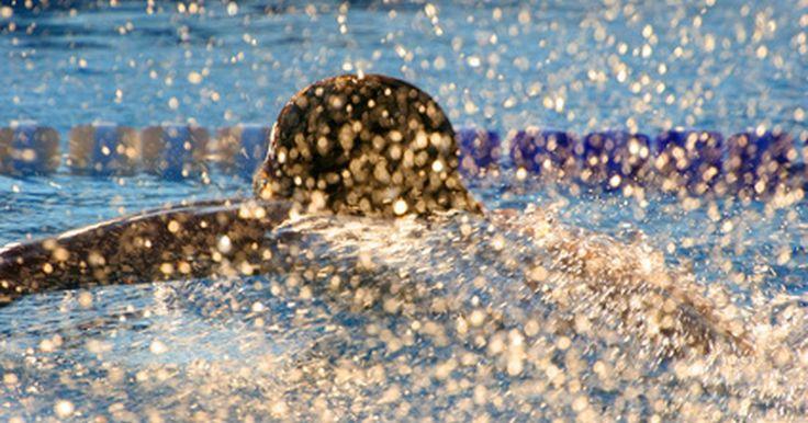 Cómo nadar con una pinza para la nariz. Para un nadador que tiene problemas nasales o inconvenientes al respirar mientras nada, poder usar una pinza para la nariz puede hacer que la actividad sea más cómoda. Se trata de un objeto pequeño, una pieza de alambre recubierta de plástico que se ubica al final del tabique y cierra los orificios nasales.