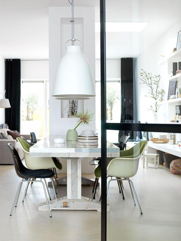 Newly built house in IJburg Photographer: fotolemaire.nl | Stylist: Cleo Scheulderman #binnenkijken #vtwonen #dining #room #table #lamp