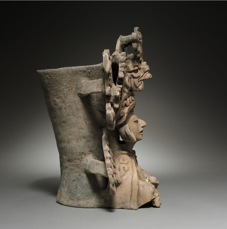 Urna funeraria, México, Oaxaca, Cultura Zapoteca terracota, en general - h: 38.25 w: 38,50 d: 25,25 cm (h: 15 W: 15 1/8 d: 9 15/16 pulgadas). C. ..
